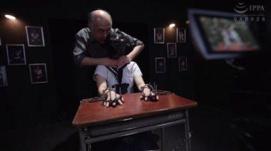 拷問姿をカメラで取られる監禁少女