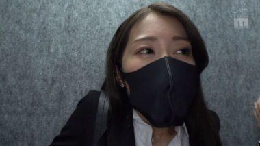 黒イラマスクをしたスーツ姿の佐伯由美香