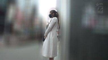 野外でイラマスクを着けて立つ佐伯由美香