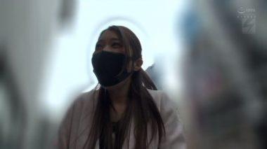 黒のディルド付きマスクをしている佐伯由美香