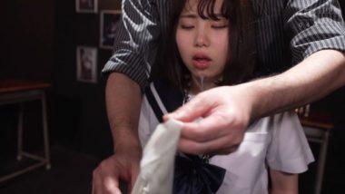 濡れた布で制服女子校生を窒息拷問するAV
