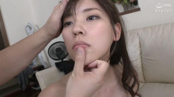 竹内夏希が強制ごっくん精飲