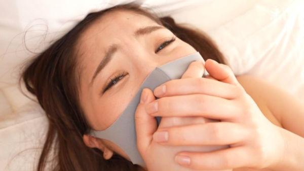 マスクをして自分の口を塞ぐ美波沙耶