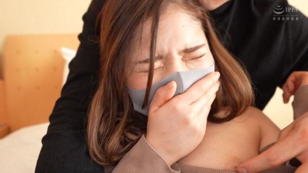 ギュッと自分の口を塞いで喘ぎ声を我慢するマスク美人の沙耶