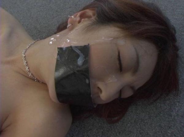 ガムテープ猿轡をされた顔にザーメンをぶっかける