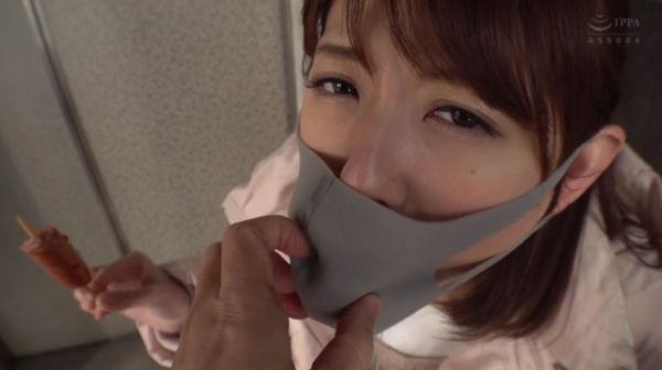イラマスクを強制装着されたあおいれなの表情