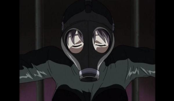 ガスマスクとキャットスーツ姿のリタ。