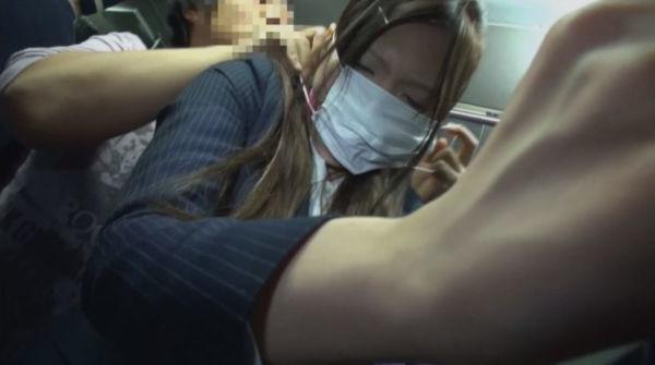 マスクで口枷を隠し痴漢プレイ