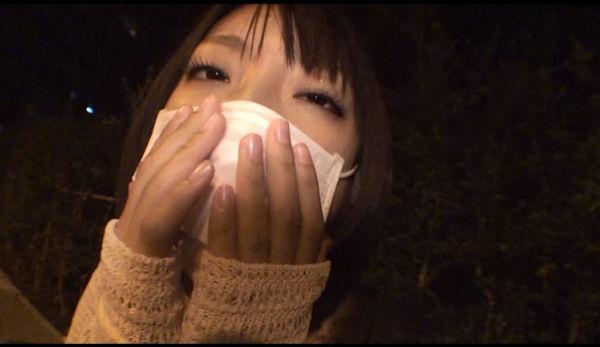 口をマスクの上から抑える小倉ゆず