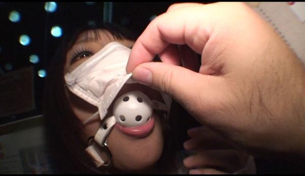 マスクの下にボールギャグを着けている小倉ゆず